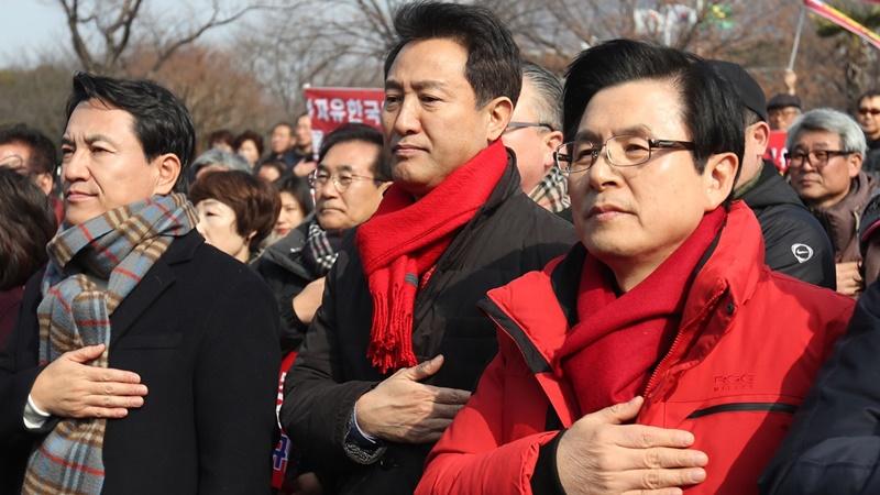 한국당 당권 주자들 경남서 '김경수 규탄'…맞불 집회도