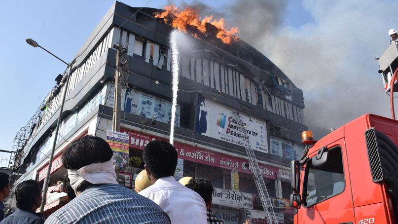 인도 4층짜리 건물 화재…'10대 학생' 최소 20명 사망