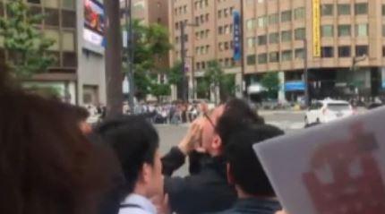 '아베 그만둬' 외치자 10초 만에 끌려가는 영상 파문