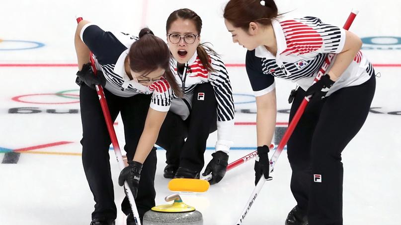 집중하는 여자 컬링팀
