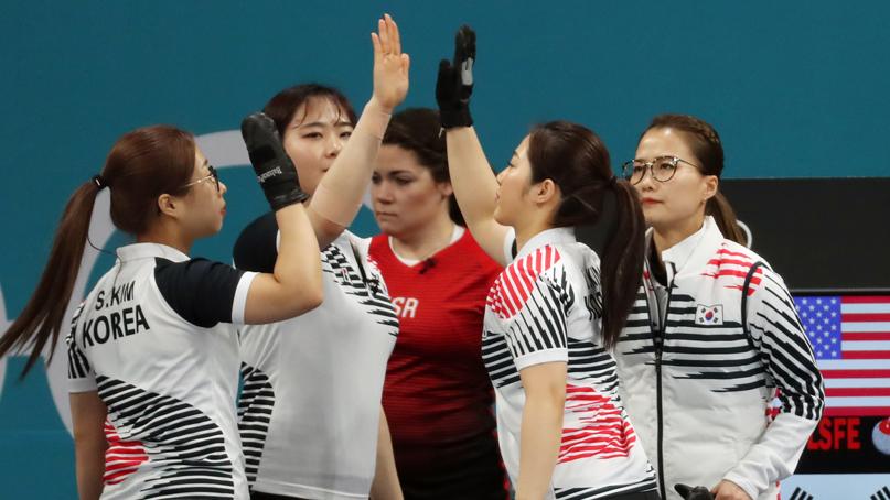하이파이브하는 여자 컬링 대표팀