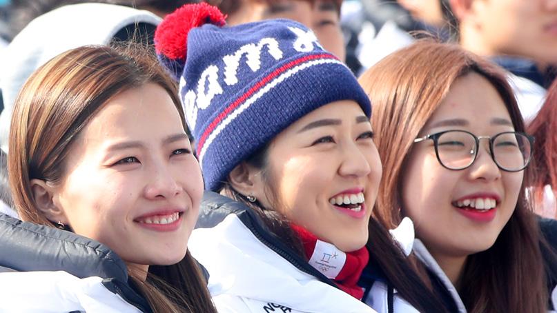 밝은 미소 짓는 여자컬링팀