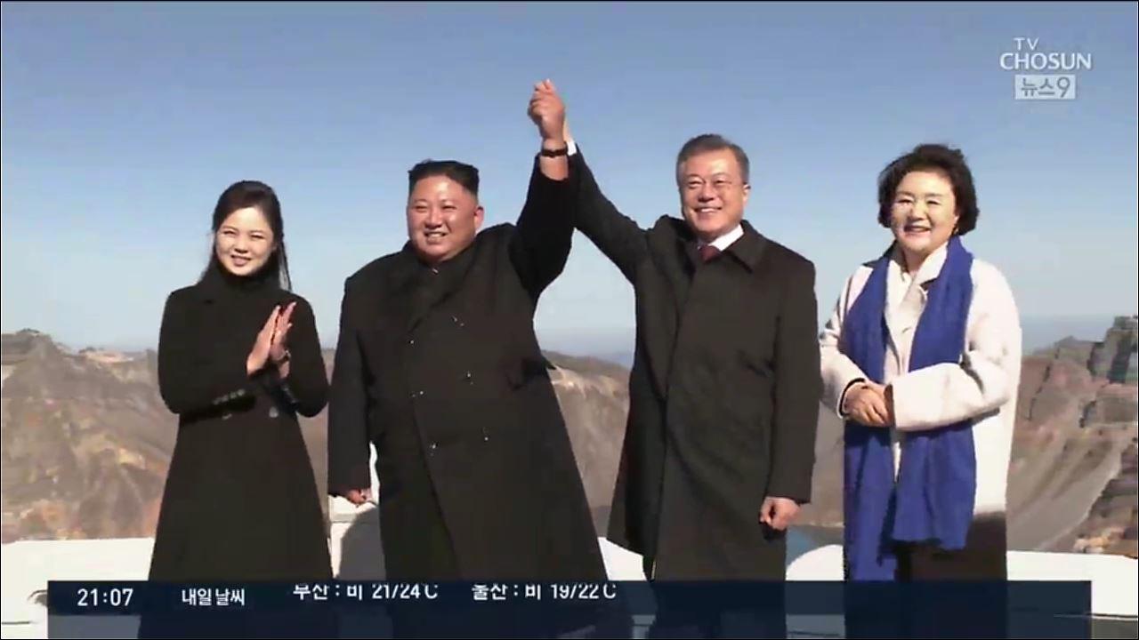 김정은 '사진 찍어드리겠습니다'…南 '다음엔 한라산에서'
