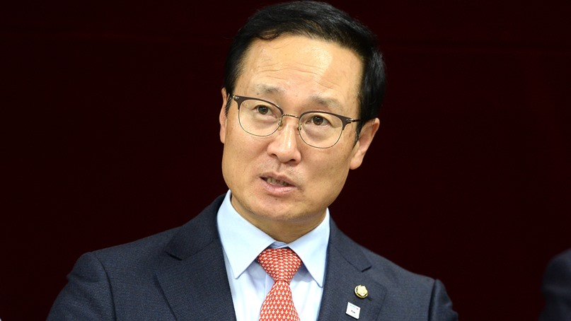 홍영표 '한국당 복당 이학재, 정보위원장 사퇴해야'