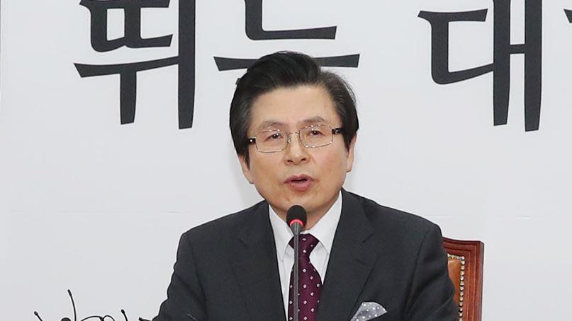 황교안 전 총리, 한국당 입당…'나라 상황이 총체적 난국'