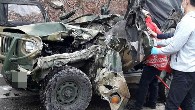 철원서 군용지프와 화물차 충돌…2명 사망·4명 부상