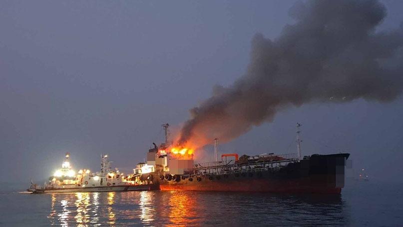 여수 오동도 해상서 석유제품운반선 화재…4명 구조·2명 수색