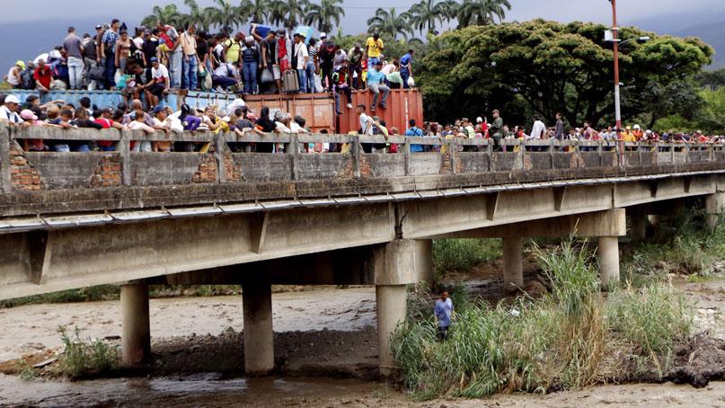 베네수엘라인들, 국경 바리케이드 뚫고 탈출행렬