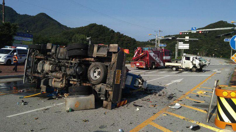 점멸신호 교차로서 트럭끼리 충돌…3명 사망·1명 부상