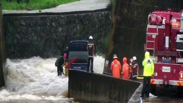 폭우로 불어난 계곡물에 차량 고립…60대 운전자 구조