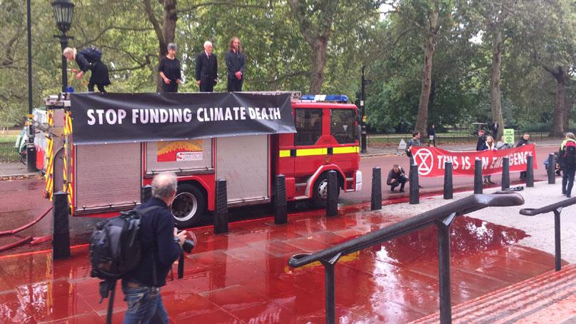 英 환경단체, 소방차로 '가짜 피' 1800리터 뿌리며 시위