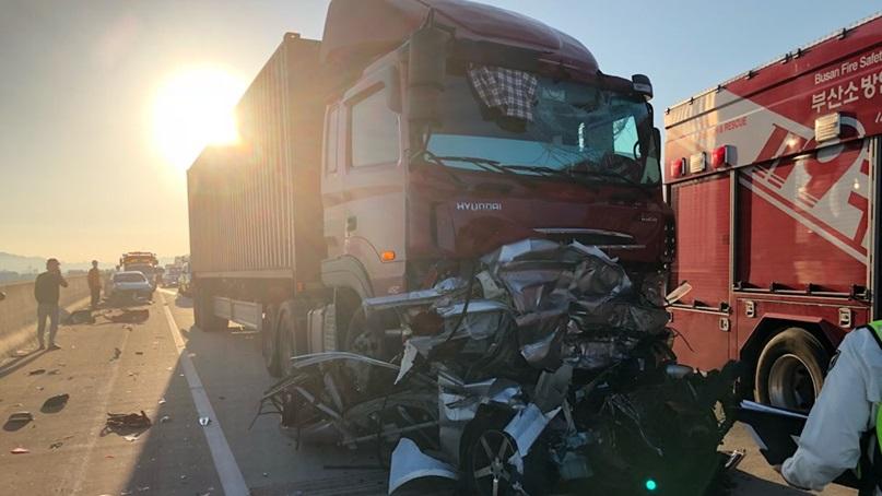 트레일러, 고속도로 교통정체 차량 6대 덮쳐…'5명 사상'