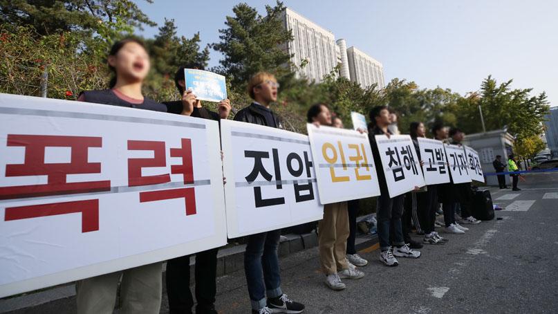 '美대사관 침입' 대학생 '男경호원 여학생 껴안아…인권위 제소'