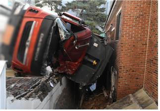 성북구서 25톤 덤프트럭 전복…40대 운전자 사망