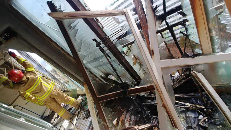 부산 아파트 14층서 가스 폭발사고…40대 추락사