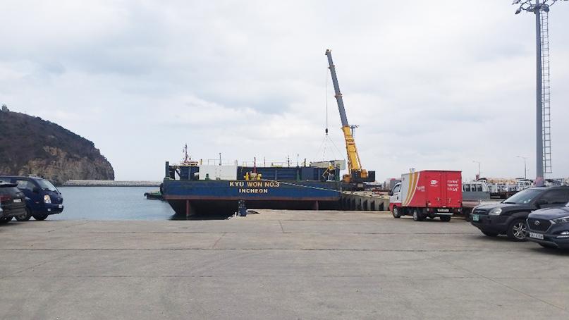 '부두 막은 바지선'…백령도 여객선 입항 지연에 승객 불편