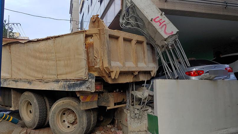 26톤 덤프트럭이 빌라 기둥 돌진…행인 다치고 차량 4대 파손