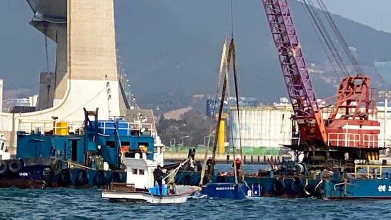 이순신대교 지나던 트레일러서 3톤짜리 컨테이너 바다 추락