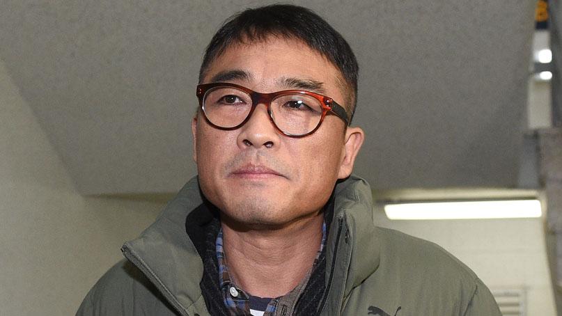 '성폭행 의혹' 가수 김건모, 경찰 출석…질문엔 묵묵부답