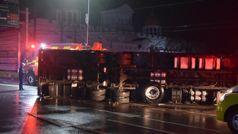 교차로서 택시-7.5톤 트럭 충돌…2명 사망·1명 경상