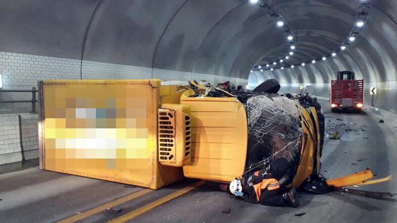 경기 용인 터널서 트럭 2대 정면 충돌…2명 중경상
