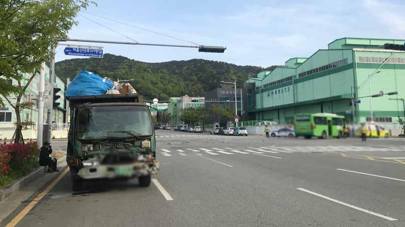 폐기물 트럭-마을버스 충돌, 12명 경상…'신호위반 추정'