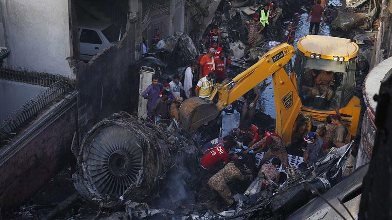 파키스탄 여객기 추락 99명 중 2명 생존…주택가 떨어져 피해 커질 듯