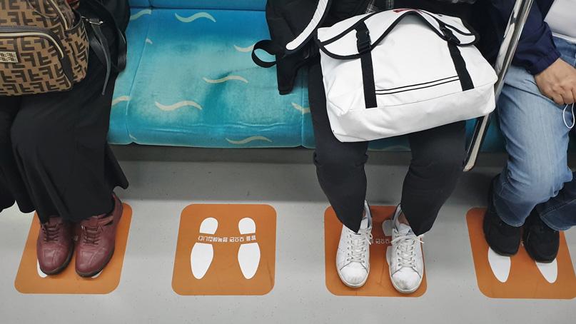 '지하철 쩍벌남 그만'…인천교통공사, 전동차에 '발바닥 스티커'