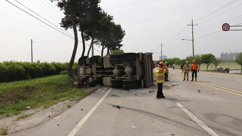 전북 김제서 1톤-15톤 트럭 충돌…1톤 트럭 운전자 사망