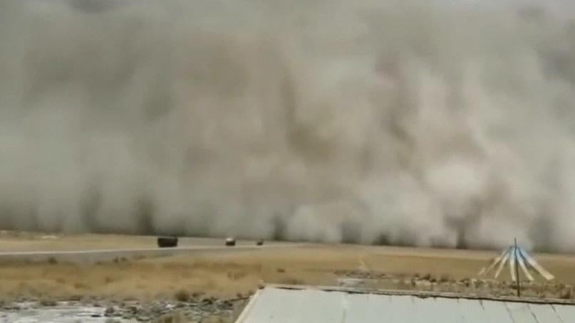 中 칭하이성에 거대 모래폭풍 등장…'7시간 동안 앞이 안보여'