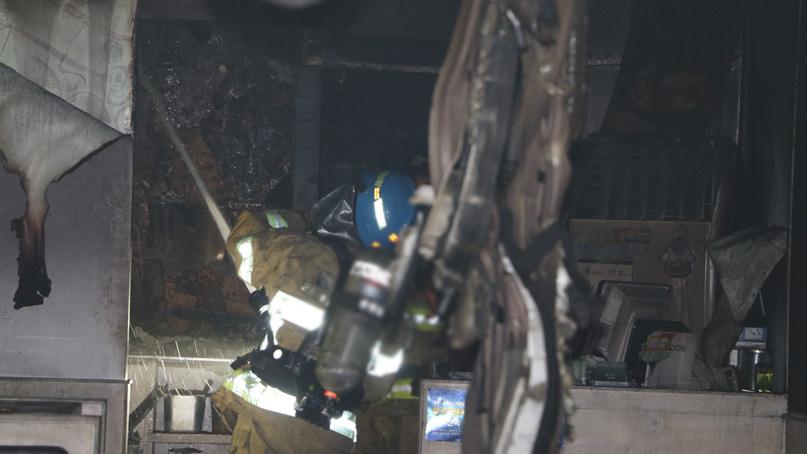 군포 8층 건물 화재…연기 흡입 30대 남성 숨져