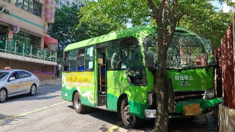 마을버스가 비탈길서 미끄러져 가로수 충돌…버스기사 중상