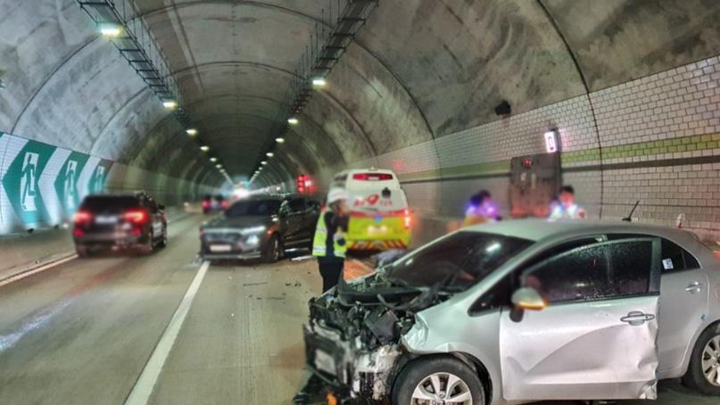 서울양양고속도로 인제 상남5터널서 구급차 포함 3중 추돌…2명 사상