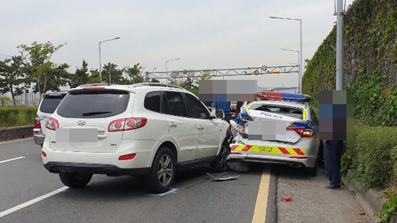 '도로 위 매트리스 치우다'…SUV가 순찰차 추돌, 경찰관 2명 부상