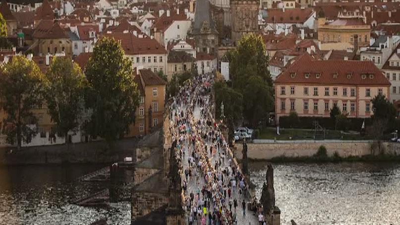 '봉쇄 해제 축하' 체코 프라하 시민들 '500m 식탁' 만찬