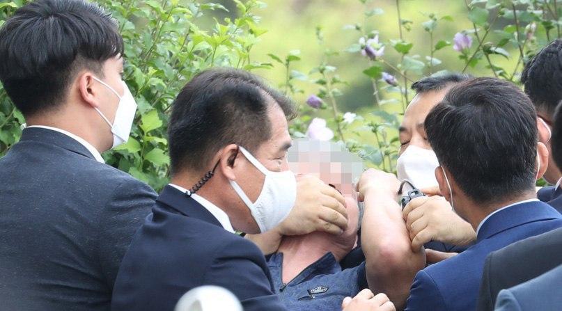 경찰, 국회 개원연설 마친 文대통령에 신발 던진 50대 체포