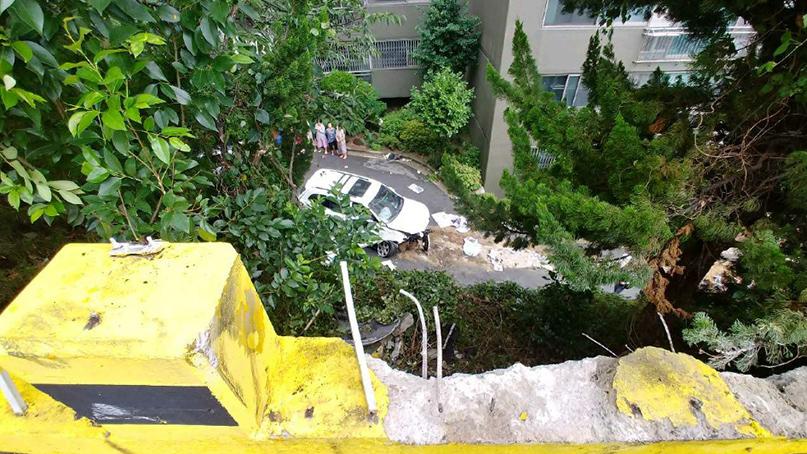 부산서 SUV가 아파트 주차장 난간 뚫고 5m 아래로 추락…2명 부상