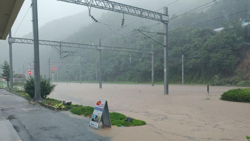 폭우에 충북·태백선 열차운행 중단…고속도로 곳곳 마비