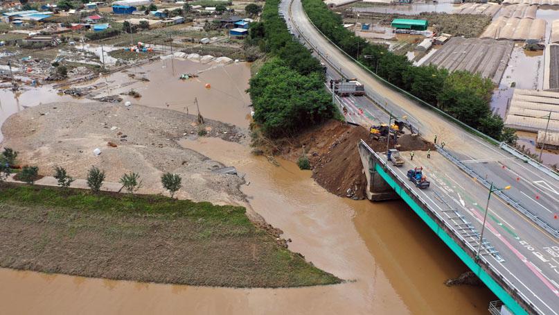'500년에 1번 올 폭우'에 무너진 섬진강 제..