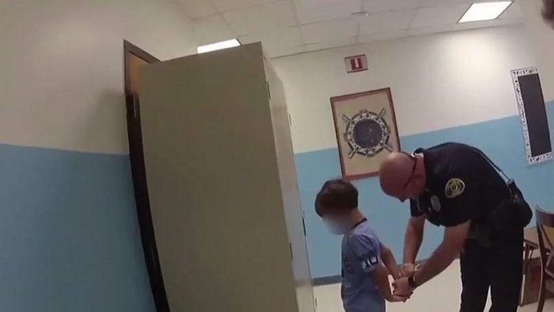 '넌 감옥에 가게 될 거야'…8살 아이 수갑 채운 美경찰