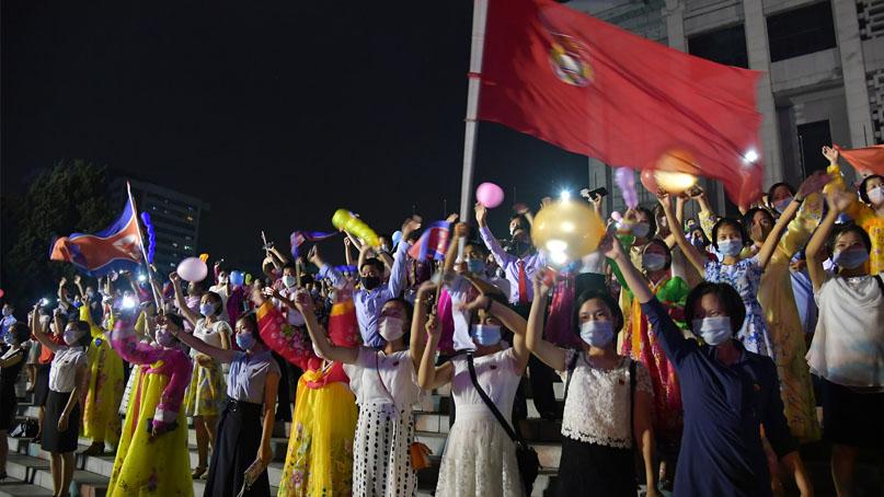 北, 코로나 우려속 대규모 콘서트…김정은, 마스크 없이 현장 시찰