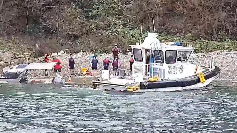 레저보트로 해양 관광하다 섬에 고립…일가족 12명 구조