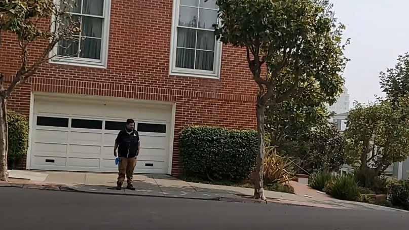 美유튜버, 펠로시 집 앞에서 '변 테러' 생중계 '트럼프 위해서'