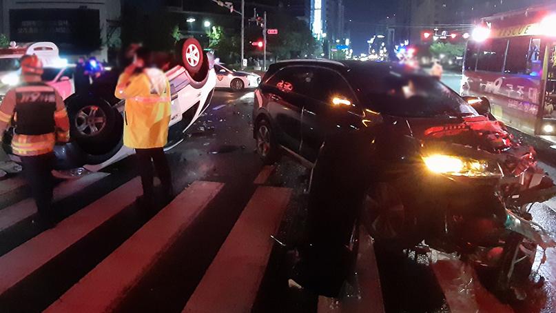울산시내 교차로서 SUV끼리 충돌해 전복…3명 부상