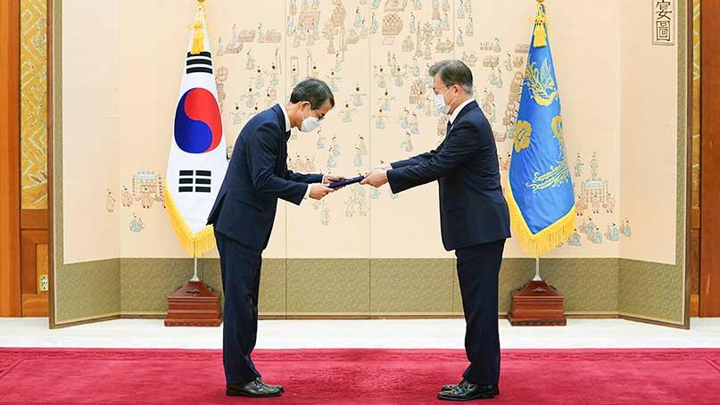 文, 서욱 국방 장관에 임명장 수여…'청문회 보면서 참 듬직, 양복 모습도 멋지다'