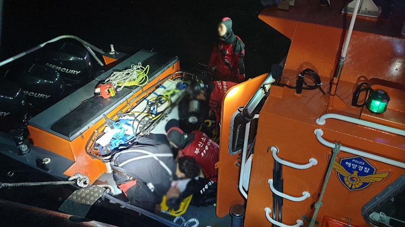 부산 앞바다에 SUV 추락…60대 운전자 사망