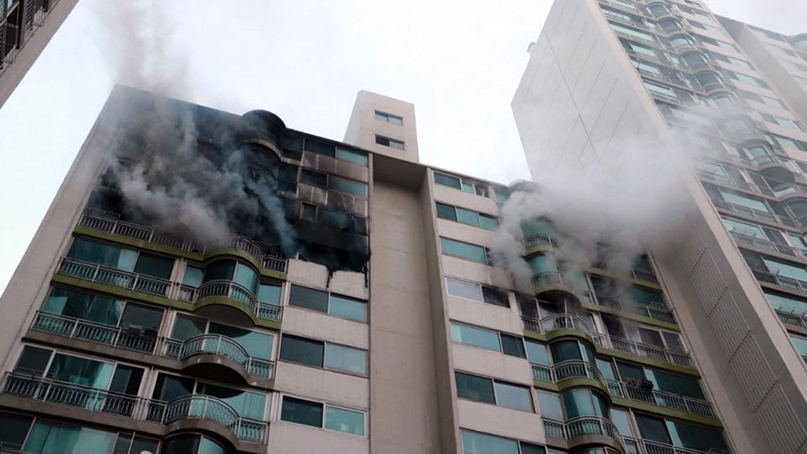 '공사 중 펑소리와 함께 불길'…군포 아파트 12층서 화재, 11명 사상