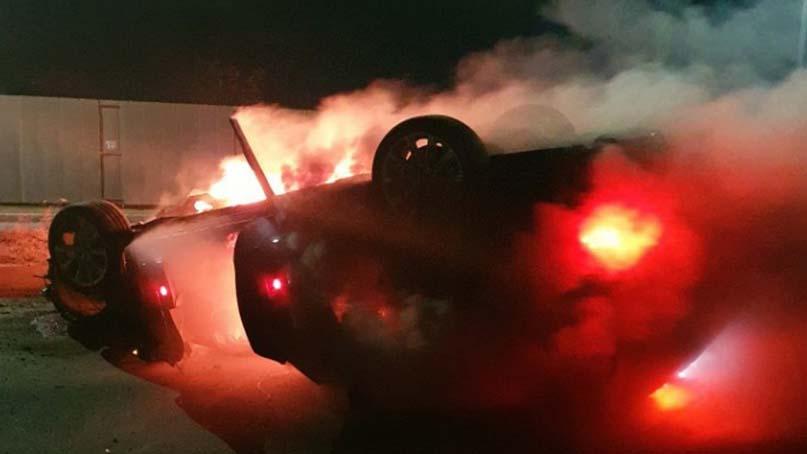 불길 휩싸인 車속 무면허 음주운전자…퇴근길 경찰이 구조