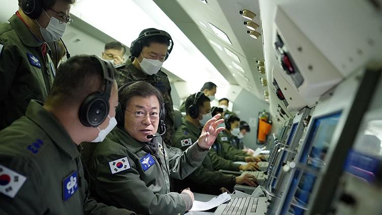 文대통령 새해 첫 일정은 '초계 비행'…군통수권자로선 처음