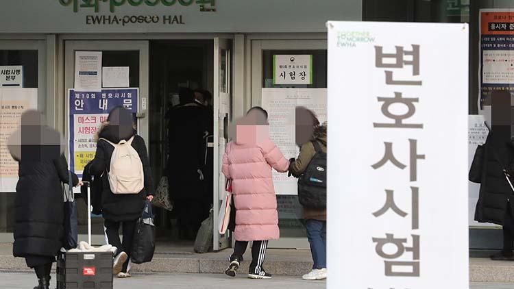 [취재후 Talk] '동부구치소 사태 재현하려는 겁니까?'…방역대책 허술한 변호사시험 현장